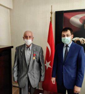 BABASININ GAZİ MADALYASINA KAVUŞTU !